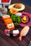 sköt sushi för black set Olika sashimi, sushi och rullar med bläckfisken Royaltyfri Bild