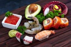 sköt sushi för black set Olika sashimi, sushi och rullar med bläckfisken Royaltyfri Foto