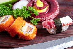 sköt sushi för black set Olika sashimi, sushi och rullar med bläckfisken Arkivbild
