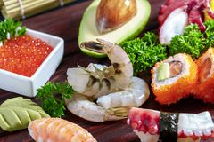 sköt sushi för black set Olika sashimi, sushi och rullar med bläckfisken Royaltyfria Foton