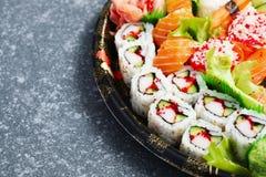 sköt sushi för black set Olika sashimi, sushi och rullar Arkivfoton