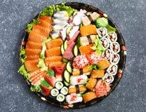 sköt sushi för black set Olika sashimi, sushi och rullar Arkivbilder