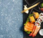 sköt sushi för black set Olika sashimi, sushi och rullar Royaltyfria Foton