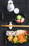 sköt sushi för black set Olika sashimi, sushi och rullar Arkivbild