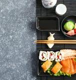 sköt sushi för black set Olika sashimi, sushi och rullar Arkivfoto
