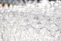 Sköta om bakgrund Tomma vinexponeringsglas på brölloprestaurangmottagandet utomhus Royaltyfria Foton