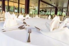 Sköta om lunchtabellen på restaurangen Royaltyfri Fotografi