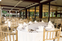 Sköta om lunchtabellen på restaurangen Royaltyfri Bild