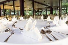 Sköta om lunchtabellen på restaurangen Arkivbilder