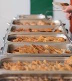 Sköta om mat för ett födelsedagparti arkivfoto