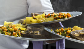 Sköta om mat på restaurangkök Royaltyfri Bild