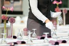 Sköta om service, hotell Tabel som täcker lyxig service i restaurang arkivfoto