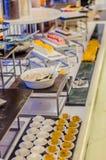 Sköta om service Restaurangtabell med mat Enormt belopp av mat på tabellen Pläterar av mat vektor för tid för jpeg för matställee Royaltyfri Bild