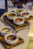 Sköta om service Restaurangtabell med mat Enormt belopp av mat på tabellen Pläterar av mat vektor för tid för jpeg för matställee Royaltyfri Foto