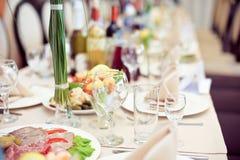 Sköta om service Restaurangtabell med mat Enormt belopp av på plattor vektor för tid för jpeg för matställeeps-illustration Fotografering för Bildbyråer