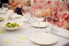 Sköta om service Restaurangtabell med mat Enormt belopp av på plattor vektor för tid för jpeg för matställeeps-illustration Arkivbilder