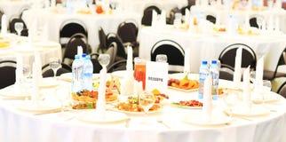 Sköta om set service för tabell med silverwaren Royaltyfri Bild