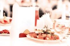Sköta om set service för tabell med silverwaren Royaltyfri Foto