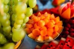 Sköta om tabellen med den olika sorten av frukter royaltyfria foton