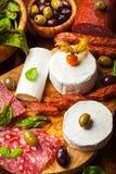 Sköta om uppläggningsfat med olika meat- och ostprodukter Fotografering för Bildbyråer