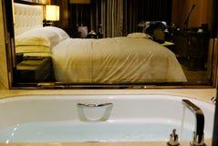 Skąpanie i wnętrze z łóżkiem fotografia stock