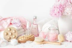 Skąpanie i zdrój z peonia kwiatów piękna produktami szczotkujemy ręczniki Zdjęcie Stock