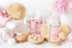 Skąpanie i zdrój z peonia kwiatów piękna produktami szczotkujemy ręczniki Fotografia Royalty Free