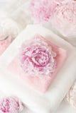 Skąpanie i zdrój z peonia kwiatów ręcznikami Zdjęcie Stock