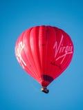 SKĄPANIE, SOMERSET/UK - PAŹDZIERNIK 02: Gorącego Powietrza Balonowy latanie nad nietoperzem Zdjęcia Stock