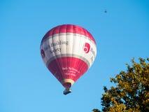 SKĄPANIE, SOMERSET/UK - PAŹDZIERNIK 02: Gorącego Powietrza Balonowy latanie nad nietoperzem Obraz Stock