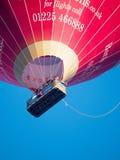 SKĄPANIE, SOMERSET/UK - PAŹDZIERNIK 02: Gorącego Powietrza Balonowy latanie nad nietoperzem Zdjęcie Stock
