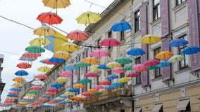 Skład barwiący parasole wiesza nad drogą w mieście zbiory