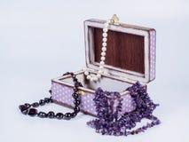 Skład biżuteryjny pudełko z paciorkowatymi koliami na białym tle Zdjęcie Royalty Free