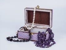 Skład biżuteryjny pudełko z paciorkowatymi koliami na białym tle Obrazy Stock