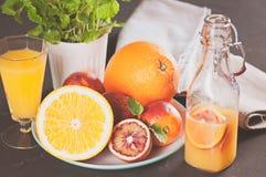 Skład blooden i normalne pomarańcze Całość i cięcie w połówce Odizolowywający na czarnym tle Zdjęcia Stock