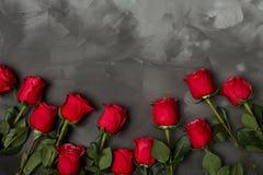 Skład czerwone róże na zmroku popielatym tle Romantyczny podławy modny wystrój Odgórny widok pocałunek miłości człowieka koncepcj Zdjęcia Royalty Free