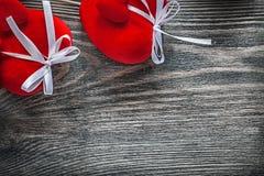 Skład czerwoni tkanin serca na drewnianej deski świętowaniach co Fotografia Stock