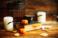Skład dekoracyjna czaszka, bania, świeczki i Halloween dekoracje na drewnianym stole na ciemnego koloru tle, zdjęcie royalty free