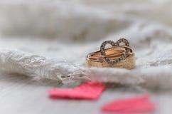 Skład dla walentynki ` s dnia Złoci pierścionki i czerwoni serca zdjęcia royalty free