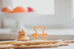 Skład domowej roboty ciastka na tle jaskrawy ranku światło od okno zdjęcie royalty free