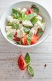 Skład Grecka sałatka z świeżymi warzywami na tle, feta serze i basilu drewnianych, Miłość dla pojęcia zdrowy surowy zdjęcia stock
