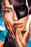 Skład kobieta portrety z błyskotliwość na twarzy i rękach fotografia stock