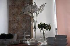 Skład krystaliczny szkło, kwiaty i ceramiczni przedmioty wszystko towarzyszący pięknymi naturalne światło skutkami, fotografia stock