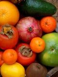 Skład mieszanka barwił tropikalne i śródziemnomorskie owoc na drewnianym tle Pojęcia o dekoraci, zdrowy łasowanie Zdjęcia Royalty Free