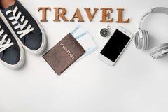 """Skład na białym tle z paszportem, imigracyjnymi biuro kartami, smartphone, słowem i """"podróżą"""", """" fotografia stock"""