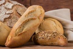 Skład nieociosany chleb na drewnianym stole obrazy royalty free