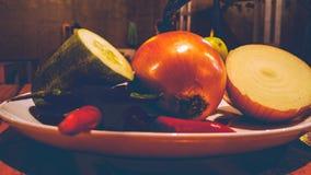Skład pikantność na talerzu i ziele zdjęcia stock