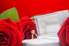 Skład róże i złoty pierścionek Obrazy Stock