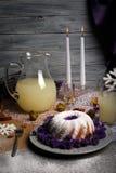 Skład słodki Bożenarodzeniowy pudding pełno i dzbanek ananasowy napój na świetle - szary drewniany tło zdjęcie stock