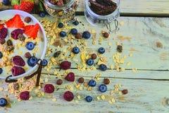 Skład typowy prawdziwy śniadanie robić z jogurtem, czarne jagody, malinki, czarne jagody, muesli Pojęcie Obrazy Royalty Free